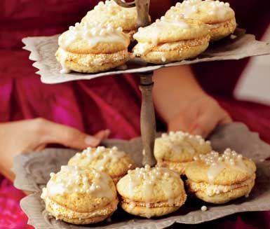 Först var det cupcakes, nu kommer Whoopien från USA! Roliga, spröda och lyxiga kakor. Med vanilj i fyllningen blir detta en ren fikadröm för hela familjen och dina gäster!