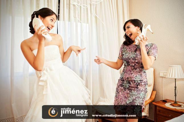 Ana #bodas #fotos #originales #españa #novia #hermana #divertida #creative #photography #wedding #bride #sister #fun http://www.estudiojimenez.com/