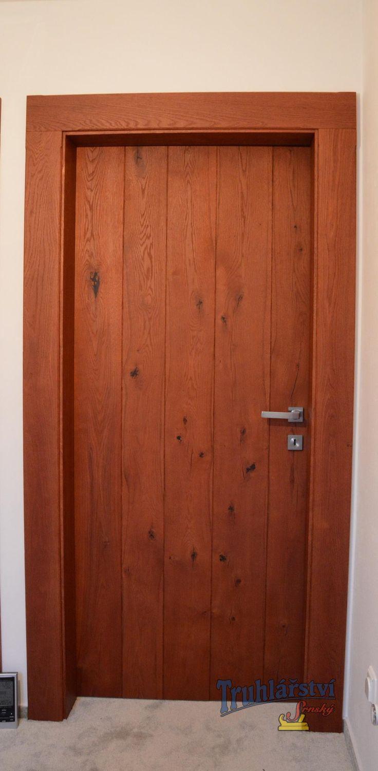 Fošnové vnitřní dveře, obložková zárubeň, dubové dřevo, drásané, mořené, nástřik supermatný lak.