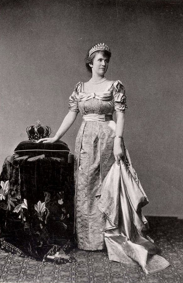 Queen Elisabeth of Romania in her pearl tiara