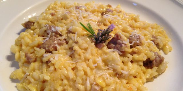 Risotto con Salsiccia e Zafferano  Link ricetta --> http://cucina.robadadonne.it/ricetta/risotto-con-salsiccia-e-zafferano/