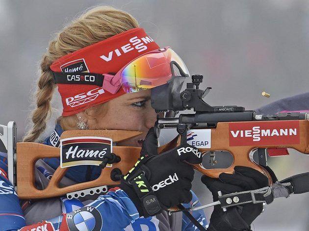 Gabriela Soukalová na střelnici během závodu štafety žen v Oberhofu.