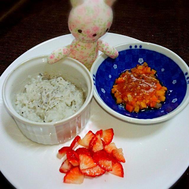 今日で8ヶ月♡ 昨日は高熱にうなされてたのに下がったトタンに(*´ڡ`●)ペロリと完食! 元気になってよかった(*^_^*) - 28件のもぐもぐ - 《離乳食*中期》しらすのおかゆ、野菜のトマトソースがけ、イチゴ by Michiko  Araki
