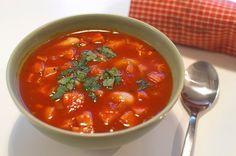 Korvsoppa med tomat, vita bönor och salvia