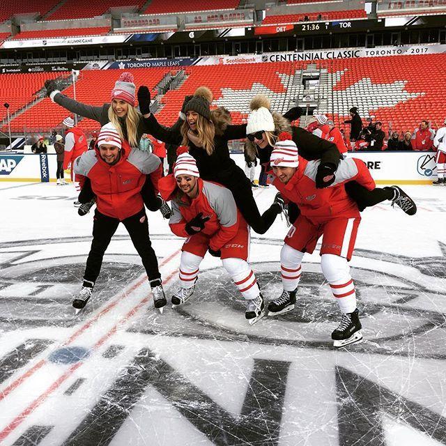 Outdoor skating. Great atmosphere 🏒⛸ Verejné korčuľovanie 😜. ČeskoSloveská skupinka. 🇨🇿🇸🇰🇸🇰 #centennialclassic2017 #outdoorgame #redwings #zamrznutysoplik #mraznicka #rybnicek
