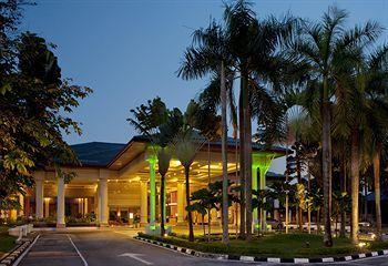 Samar-samar gedung bertingkat yang terlihat dari kejauhan menyempurnakan pemandangan di Holiday Inn Kuala Lumpur Glenmarie. Terdiri atas 5 lantai, Holiday Inn Kuala Lumpur Glenmarie menawarkan 260 kamar tamu berdesain klasik dengan sentuhan nuansa Asia Tenggara. Mau nginep disini gampang banget caranye, klik http://www.voucherhotel.com/malaysia/shah-alam/141449-holiday-inn-kuala-lumpur-glenmarie-shah-alam/