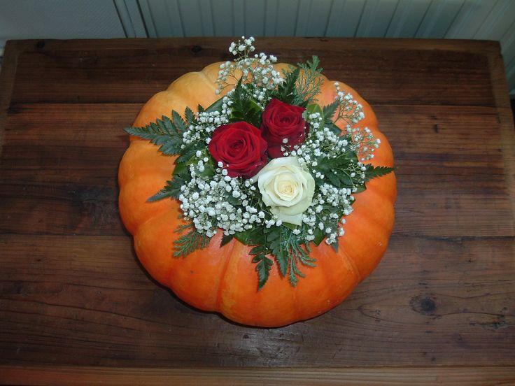 Naar een idee op Welke: pompoen, uitgehold, blikje met oase erin, eenvoudig bloemstuk opgemaakt. Varen tak, laurierblad, 2 rode rozen en 1 witte en een tak gipskruid. Mooi kado voor n lieve vriendin!