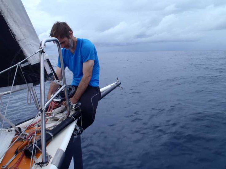 a cavalcioni in oceano. E' Sam Manuard co skipper - nonchè noto architetto navale francese - di Gaetano Mura durante la Jacques Vabre