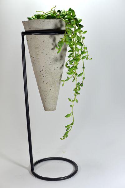 Maceta cono de hormigón con soporte   -   Holly's House: Concrete Cone Planter and Stand