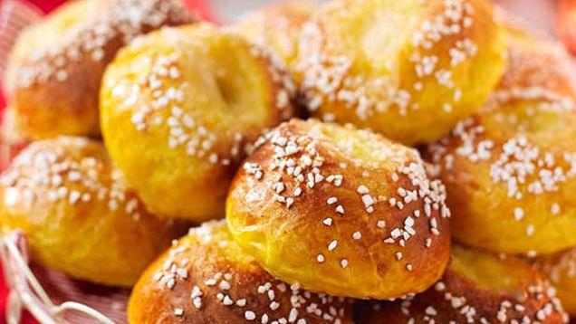 Saffran är en riktigt god krydda att baka med till julen. Bjud på adventsfika med väldoftande och härliga saffranssmaker. Låt den exklusiva och gyllengula kryddan förgylla bullar, saftiga fruktkakor och knapriga småkakor. Här är våra bästa recept med saffran!