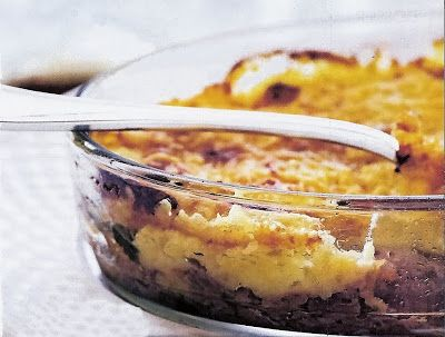 Pour 4 personnes:  - 4 cuisses de canard confites,  - 5 tomates grappe,  - 1,5kg de pommes de terre ratte,  - 2 oignons blancs,  - 100g de c...