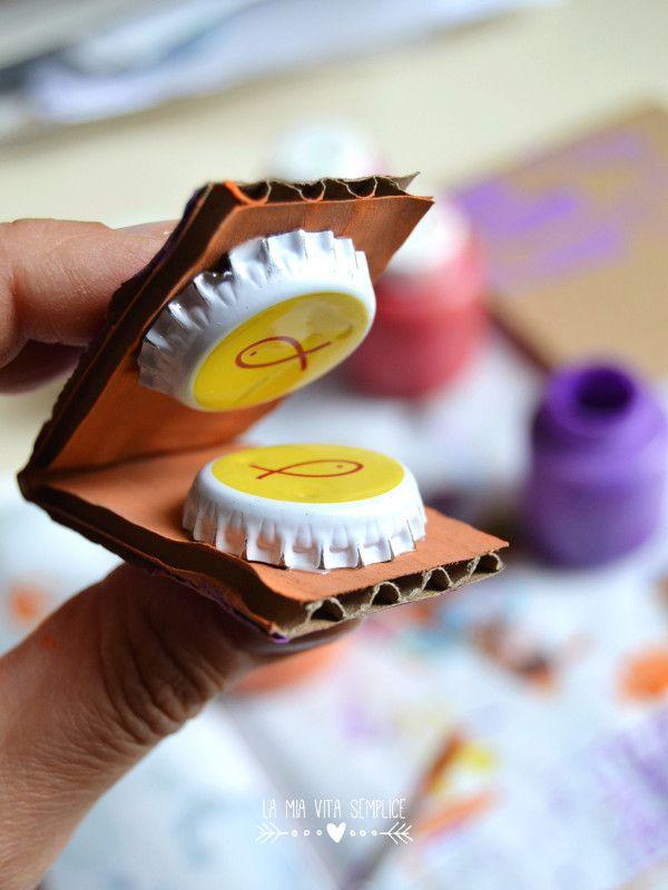 Lavoretto per bambini: le nacchere fatte con i tappi di bottiglia riciclati.