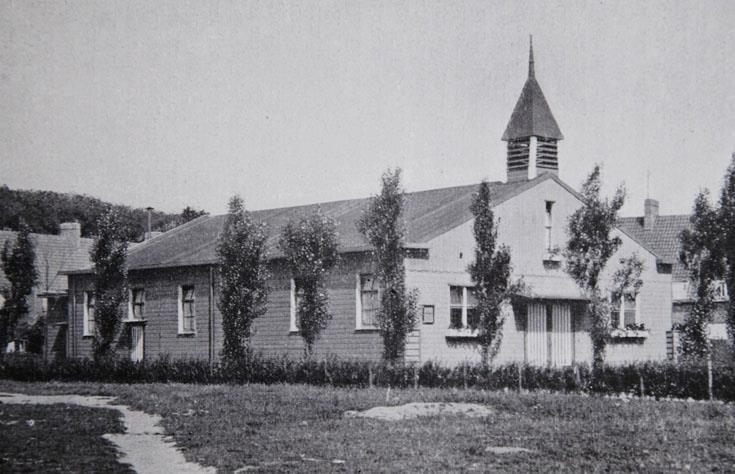 Vlak bij de hoek van de Vonder. Hulpkerkje ( Zuiderkapel ) werd in 1927 ingebruik genomen. In 1932 vervangen door de Vredeskerk. rechts achter het kerkje de achterzijde van huizen aan het Wed, inksachter, huizen aan de Voorde. De bomen links op de achtergrond staan aan de Groene Hilledijk.