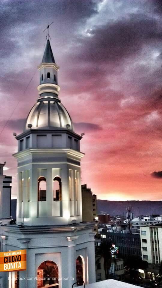 Hermosa foto de nuestra Catedral de la Sagrada Familia en Bucaramanga. Gracias Jonathan Ardila (http://on.fb.me/1RO3krg) por compartirla #bucaramangabonita