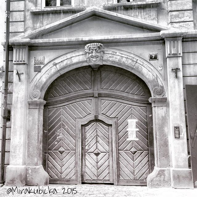 Praha Staré město #praha #prague #iprague #history #heritage #art #architecture #door #design #cz #czech #czechia #czechrepublic #česko #české #českárepublika #czechdesign #czdsgn #DiscoverCZ #display #summer #sculpture #house