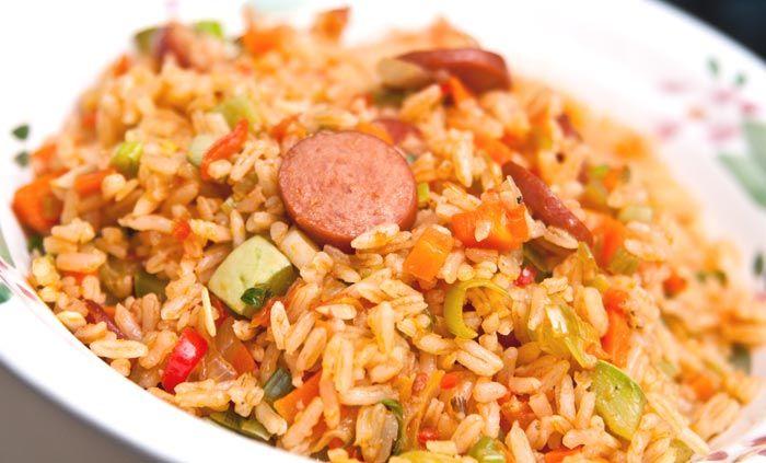Esta receta de arroz con salchichas es tan fácil, rápida y deliciosa que no te lo crees. Aprende cómo hacer este magnífico plato.