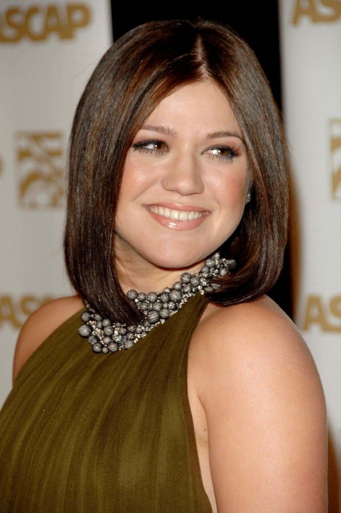 kelly clarksons medium length bob is perfect for a round shaped face