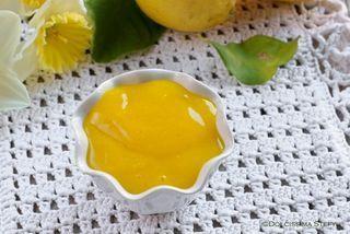 Oggi prepariamo una Crema al Limone senza uova e senza latte, una ricetta vegana leggera e molto golosa. Prepararla è davvero molto semplice e si realizza in 5 minuti. Di solito quando leggo ricetta v