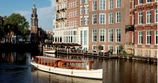 Dit weekend wordt een wel heel toffe try-out gehouden. Er gaan namelijk salonbootjes varen tussen Amsterdam en Ouderkerk aan de Amstel! Het idee is om in 2017 een vaste bootverbinding te realiseren, daarom gaan ze nu vast uitproberen of het haalbaar is. Het eerste opstappunt is bij de Hermitage, maar in Oost kan je ook opstappen bij Thuis aan de Amstel! Tip: pak hier een heerlijk weekend-ontbijtje mee en stap dan op de boot voor een super weekend uitje! Er zijn elke dag 6 afvaarten enper…