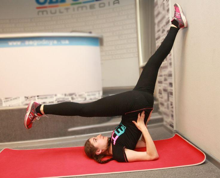 Упражнение укрепляет не только пресс, но и мышцы внутренней поверхности бедер. ИП: лежа на спине, обе ноги подняты вверх под углом 90 градусов (можно на весу, можно упереться ими в стену). Одна нога остается недвижимой, вторая скользит вниз, насколько позволяет растяжка. Повторить для второй ноги.