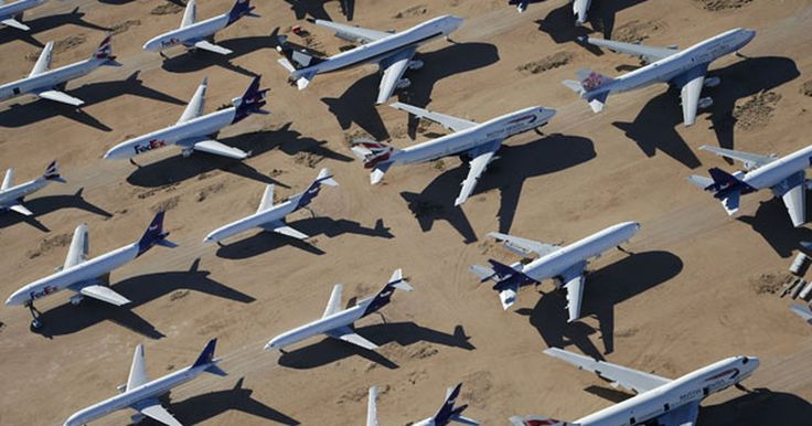 Cemitério de aviões no deserto atrai curiosos na Califórnia; veja fotos