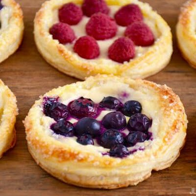 Fruit and Cream Cheese Breakfast Pastries @keyingredient #cheese #breakfast