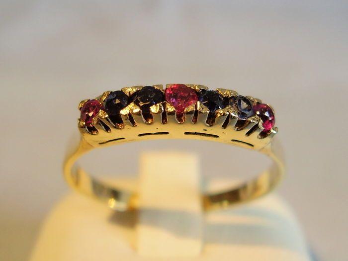 Antieke 14kt gouden ring met natuurlijke robijnen en blauwe saffieren van 0.32ct in totaal.  De antieke ring is gemaakt van 585 / 14 kt geel goud en dienovereenkomstig is hallmarked.Het is ontworpen als een ring band en ligt met 3 ronde gefacetteerde robijnen en 4 ronde gefacetteerde blauwe saffieren.De robijnen en saffieren zijn natuurlijke en onbehandeld ze in een rij geplaatst en worden gehouden door uitsteeksels.Ring maat 56/57 = inwendige diameter van de ring band van 18 mmRing hoofd…
