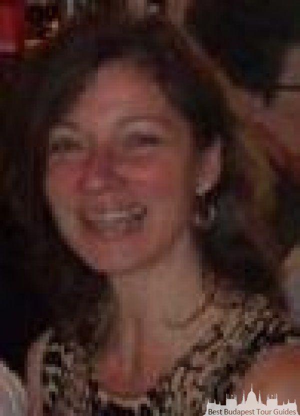 Katalin Q: http://bestbudapesttourguides.com/de/reiseleiter_wahlen-page-3/budapest-destination-57/katalinquittner-guide-47/ Herzlich willkommen in Budapest / in Ungarn! Vielfältige, interessante Touren biete ich Ihnen in der Stadt und an der schönsten, faszinierenden Orten von Ungarn. Kommen Sie mit und entdecken Sie die prachtvoll bekannten und verborgenen Stellen der Stadt Budapest zu Fuss oder mit Wagen. Gut geplannte aber jedoch flexibile Touren auf Ihren Wunsch geschnitten.  Als…