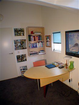 buro op maat met hangende boekenkast