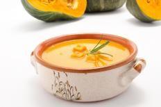 Una vellutata dal gusto delicato e soprattutto molto leggera perché sia i porri sia la zucca contengono una elevata percentuale di acqua.