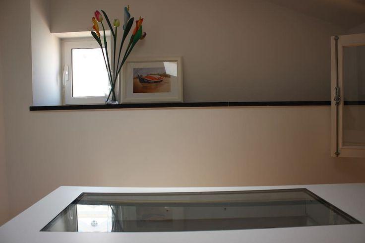Flat in Lisboa, Portugal. O apartamento localiza-se em Alfama, talvez o bairro mais histórico e carismático de Lisboa. Este charmoso e aconchegante apartamento, cheio de luz e com vista rio, fica num 4º andar de um prédio sem elevador. Devido à sua situação geográfica, pod...