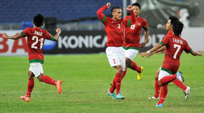 Tim nasional Indonesia berhasil meraih kemenangan 2-0 atas Malaysia dalam pertandingan persahabatan di Stadion Gelora Delta Sidoarjo, Minggu (14/9) sore. Dua gol kemenangan skuat Garuda dicetak melalui gol bunuh diri Muslim Ahmad di menit ke-64 dan Samsul Arif pada menit ke-88. Tim tamu mengancam di awal pertandingan melalui pergerakan cepat satu-dua pemain. Nor Shahrul hampir saja mencetak gol di menit ke-3, sayang bola membentur tiang gawang. Pada babak pertama,