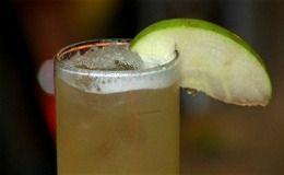Receita de drinque sem álcool ideal para o verão e as festas de fim de ano. Bebida leva suco de abacaxi, limão e xarope de canela.