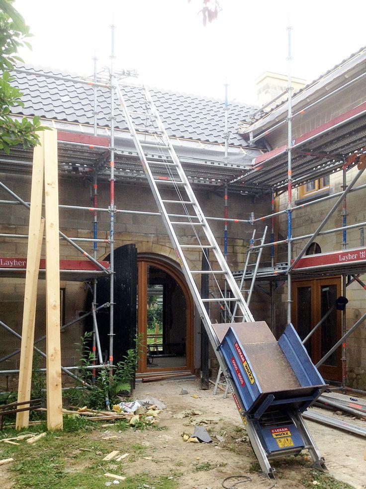 De daken worden voorzien van nieuwe dakpannen.  meer projecten: http://www.denieuwecontext.nl/ #mergel #huis #renovatie #verbouwing #bergenterblijt #bouwen #limburg #monument #schuur #aanbouw #hout #gevel #interieur #vide #exterieur #modern #eiken #kozijnen #lariks