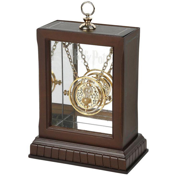 """Hermines Zeitumkehrer aus """"Harry Potter und der Gefangene von Askaban"""":  - authentische Nachbildung von Hermines Zeitumkehrer - mit funktionstüchtiger Sanduhr - Anhängerdurchmesser 3,5 cm - Kettenlänge 52 cm - mit Stabverschluss - aus mit 24 Karat vergoldetem Metall (nickel- und zinkfrei) gefertigt - wird mit Authentizitäts-Zertifikat geliefert - innere Ringe sind drehbar - wird mit einem aufwändigen, innen verspiegelten Holzdisplay geliefert, in dem die Kette eingehängt werden kann…"""