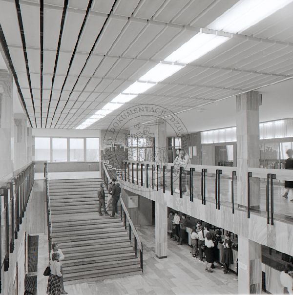 """wnętrze budynku głównego Puławskiego Ośrodka Kultury """"Dom Chemika""""; 24 marca 1985 r.; Puławy (fot. Janusz Filipczak)"""