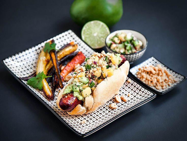 Korv med bröd som serveras med rotfruktsstrips, mangosalsa och avokadoröra.