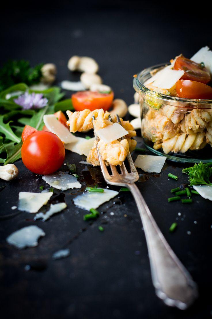 Rezept für schnelle Pasta und selbstgemachtes Tomatenpesto. Kann als Dressing für Salat aber auch als Dipp für Brot oder Baguette verwendet werden.