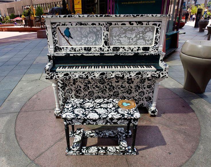 O projeto 'Play Me, I'm Yours' de Luke Jerram traz pianos para locais públicos, incentivando a comunicação entre as pessoas, em diversas cidades do mundo!