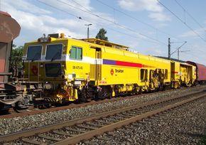 Eine nagelneue holländische Stopfmaschine (99 84 942 0 524-3) der Strukton Rail war am 2. Juni 2011 im FIR 51750 (Nürnberg Rbf - Engelsdorf) eingereiht. Das Bild wurde in Kronach aufgenommen.