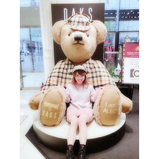 ママとお買い物行ったら見つけた🐻🌼💕 かわいすぎて一緒に撮ったよ💘 おそろいの帽子もかわいい👑満面の笑み(笑) #fukuoka #shopping #teddybear #instagood  #DAKSテディベアフォトコンテスト