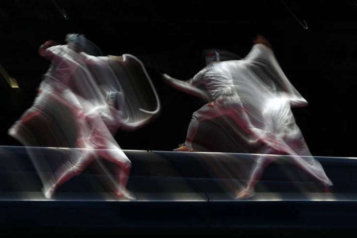 Gauthier Grumier (Francia) en acción contra Benjamin Steffen (Suiza) compiten por la medalla de bronce.