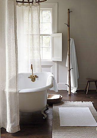 baignoire sur pattes dans un décor rustique                                                                                                                                                                                 Plus