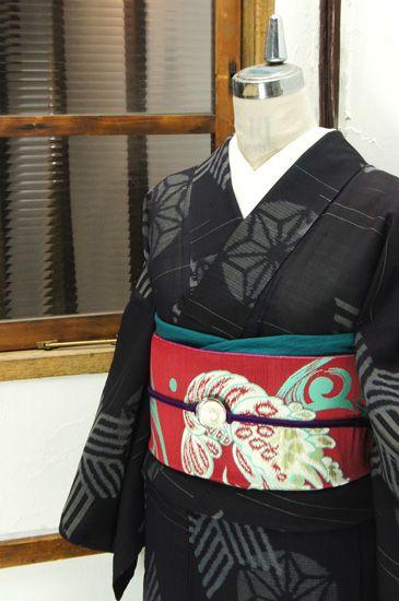 黒の地に縞で形作られた六芒星のような麻の葉と、手鞠のような水玉の麻の葉が浮かび上がる大正浪漫・昭和レトロな風情ただよう夏着物です。 #kimono