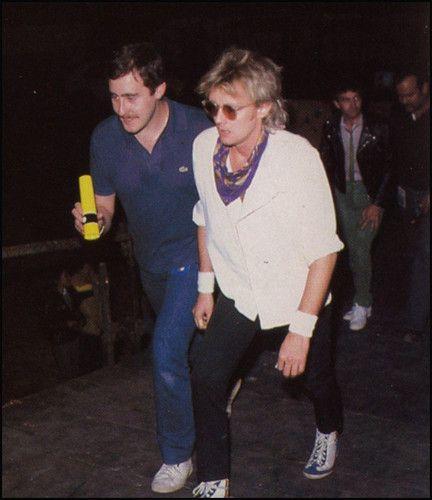 BACKSTAGE, 1981. : Roger y sus tenis del Chapulin Colorado o Azulado :p __________________ Faltan 3 dias... Faltan 19 dias... T B | joxer_elpoderoso