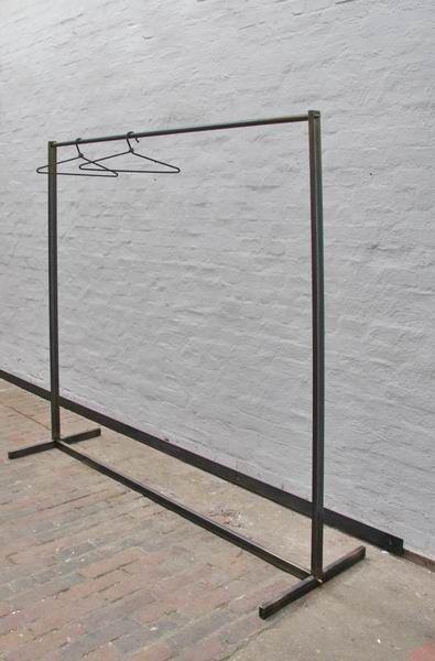 Mar 19, 2020 - Garderobe für einen begehbaren Kleiderschrank aus Stahlrohr