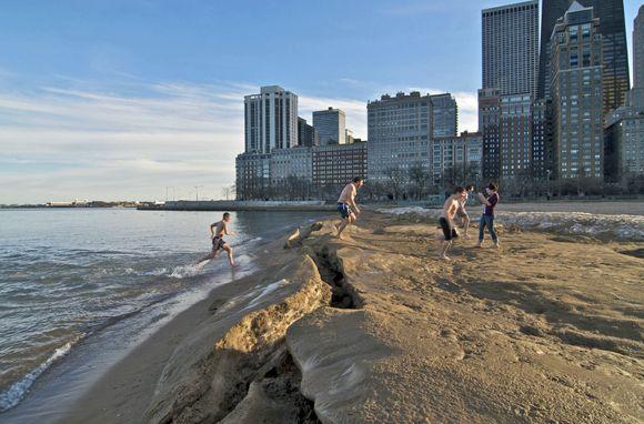 Chicago's Oak Street Beach (Photo: John Kershner/Shutterstock) (smart travel)