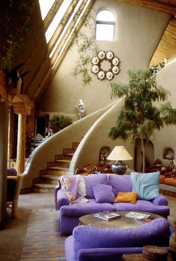 Sala numa casa Earthship / Hungria - I love the airiness of the space, the light, the sweeping staircase
