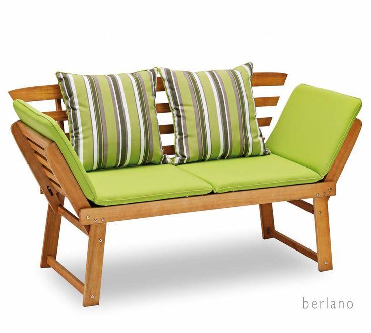 Verstelbare houten #tuinbank met lichtgroene zitkussens en gestreepte kussen lichtgrijs-wit-lichtgroen / appelgrien