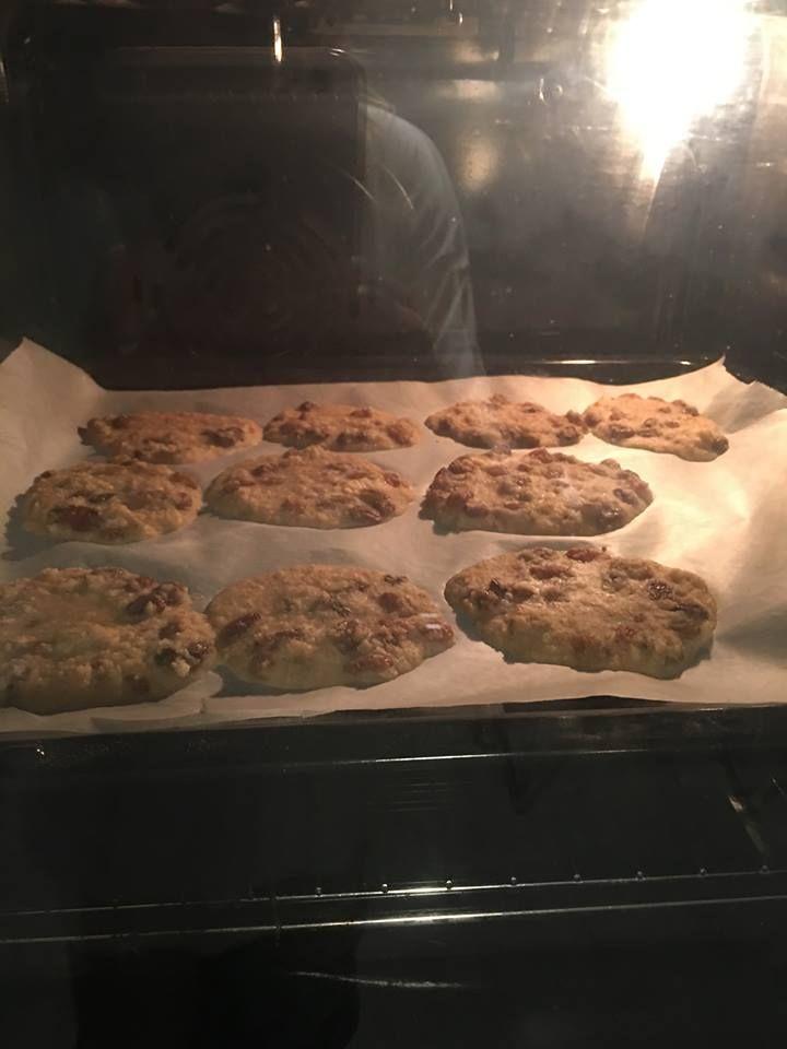 Il tempo di fare una doccia al mattino e possiamo preparare gli speedy biscotti alla Berrino, con solo tre ingredienti sani, integrali, senza zucchero.